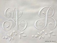 Linge ancien de lit > Draps, Taies, housses édredons > LINGE ANCIEN/Très jolie taie festonnée avec fleurs et monogramme AB sur toile de perc...