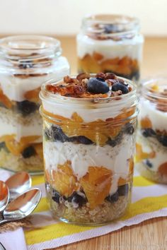 Blueberry & Grilled Peach Quinoa Parfaits #masonjar #recipes http://greatist.com/eat/mason-jar-recipes