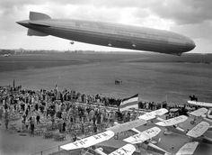 Het 236 meter lange luchtschip De Graf Zeppelin landde op 18 juni 1932 op Vliegveld Waalhaven. Tienduizenden Rotterdammers kwamen hier op af. Foto: ANP archief.