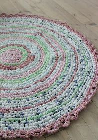 Crochet your own rug Huset ved fjorden: DIY- Hekle teppe av stoffremser Crochet Home, Love Crochet, Diy Crochet, Crochet Rugs, Tshirt Garn, Homemade Rugs, Old Sheets, Rugs And Mats, Braided Rugs
