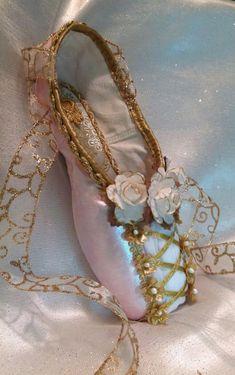 pointes de danse classique, chaussons roses avec ruban doré
