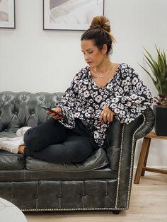La blouse ASHLEY ML noir de la marque Banditas est une blouse fluide col V avec un lien. Elle possède des boutons aux poignets. Motif blanc sur fond noir. Boho Fashion, Urban, Boutique, Sash, White Patterns, Black Backgrounds, Bohemian Fashion, Boutiques
