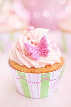 Butterfly cupcake Pastel Cupcakes, Butterfly Cupcakes, Pretty Cupcakes, Beautiful Cupcakes, Butterfly Party, Cupcake Wars, Cupcake Cookies, Cupcake Wrappers, Fondant