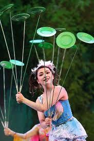 Resultado de imagem para circo de soleil equilibrista pratos Haunted Props, Physical Skills, Costume Ideas, Costumes, The Greatest Showman, Crafting, Plate, Entertainment, Kids