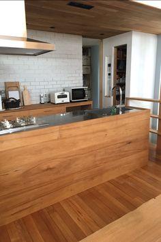 Yさんのくるみ材とステンレスバイブレーション仕上げのキッチンと背面収納