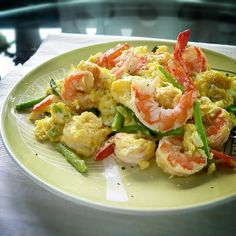 Scrambled eggs with shrimps and asparagus