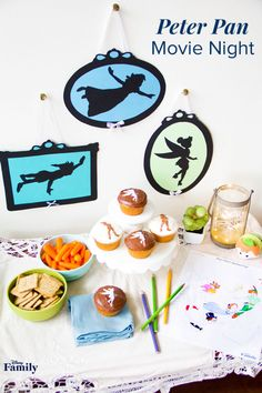 All you need for a Peter Pan movie night is a little bit of pixie dust and these cute DIYs and recipes. Transform a corner of your family room into a magical spread complete with a sweet treat, some festive decorations, and a fun activity! Click for inspiration on your next Peter Pan watch party. Walt Disney, Disney Day, Disney Food, Disney Recipes, Disney Family, Peter Pan Movie, Peter Pan Party, Disney Inspired Food, Peter Pan And Tinkerbell