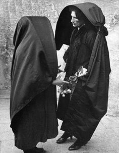 Two Maltese women talking, c.1950 (Picture Post/Hulton Archive/Getty Images)