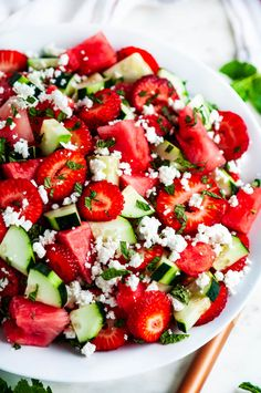 Watermelon Strawberry Cucumber Salad - The most refreshing 5 minute summer salad! Made with just 5 ingredients: watermelon, strawberry, cucumber, feta cheese and mint. Add lime juice/Pinot with salt. Vegetarian Recipes, Cooking Recipes, Healthy Recipes, Whole30 Recipes, Cooking Ribs, Cooking Turkey, Diet Recipes, Lunch Saludable, Healthy Snacks