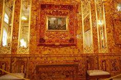 Янтарная комната – одна из известнейших достопримечательностей Санкт-Петербурга. Роскошный зал в Большом Екатерининском дворце, украшенный от пола до потолка янтарем, золотом и драгоценными камнями, привлекает туристов со всего мира.