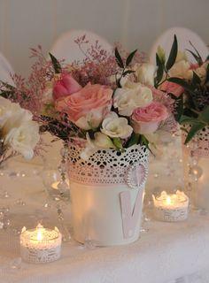 Kompozycja kwiatowa na Ślub,wesele- z róż, eustomy, frezji i tulipanów- żywe kwiaty, kompozycja ślubna, ozdoba sali weselnej, dekoracja weselna.