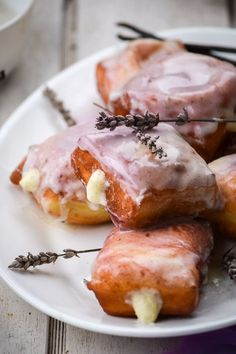 Lavender Vanilla Bean Beignets # unique Desserts 13 Pretty (And Delicious! Unique Desserts, Köstliche Desserts, Delicious Desserts, Yummy Food, Tasty, Unique Recipes, Amazing Food Recipes, Spring Desserts, Plated Desserts