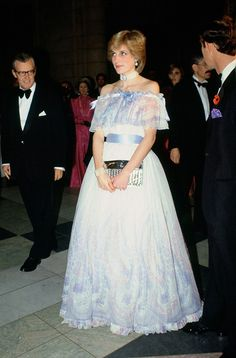 Nov 1981 Diana Princess of Wales at 'Splendours of the Gonzaga' exhibition at the Victoria and Albert Museum wearing a dress designed by Bellville Sassoon. The maternity style of the Princess of Wales - Photo 1 Lady Diana Spencer, Princess Diana Fashion, Prinz Charles, Princesa Real, Charles And Diana, Diane, Princess Of Wales, Look Chic, Maternity Fashion