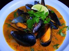 Mussels in Thai Red Curry Sauce.had some at a local restaurant today and they were AMAZING. Red Curry Sauce, Thai Red Curry, Green Curry, Seafood Dishes, Fish And Seafood, Seafood Recipes, Blue Mussel, Raw Coconut Oil, Coconut Curry