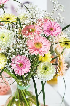Colourful gerbera bouquet in a small  vase #pinkgerberas #flower #floral #whitegerberas #inspiration #colouredbygerbera #dutchgerbera