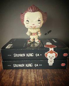Un homme qui hurle est un homme qui a perdu le contrôle.Stephen King ___________________________________  Aujourd'hui j'ai reçu le magnifique marque page de mon clown favoris (vous l'aimez peut être pas mais moi j'adore)J'ai beaucoup aimé les livres de CA je vous les recommande  Je le trouve trop beau ce marque page  à peine reçu déjà pris en photo et je le met dans le tome 3 des Chevaliers d'Emeraude  J'ai decouvert cette saga grâce à @carinanail donc c'est normal que son cadeau me serve à…