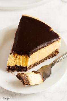 This No Bake Nanaimo Bar Cheesecake has all of the familiar flavors of the classic Nanaimo bar but in an easy no bake cheesecake! The perfect Christmas dessert (but I won't tell if you indulge year round! Includes step by step recipe video. Köstliche Desserts, Gluten Free Desserts, Delicious Desserts, Dessert Recipes, Easy No Bake Cheesecake, Cheesecake Bars, Cheesecake Recipes, Raspberry Cheesecake, Pie Recipes