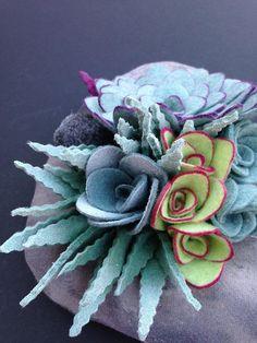 Succulente in feltro!/felt succulent plant No water no dirt no problem by miasole Felt Flowers, Diy Flowers, Fabric Flowers, Paper Flowers, Felt Crafts Diy, Felt Diy, Fabric Crafts, Felt Succulents, Fleurs Diy