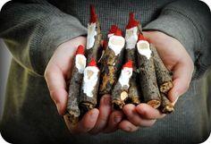 tourillons de bois déguisés en gnomes à l'aide de peinture rouge et blanche