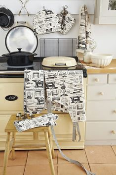 Ulster Weavers Baking Tea Towel, Apron, Oven Glove Or Tea Cosy Kitchen Linens, Kitchen Sets, Rustic Kitchen, Kitchen Decor, Kitchen Design, Old Stove, Linen Store, Oven Glove, Table Linens