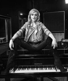 Elaine Hendrix as Ava in Sex&Drugs&Rock&Roll on FX with Denis Leary