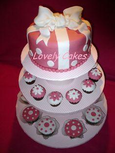 Torre tarta lazo con cupcakes topos y flores