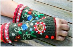 Uutar: Villapaitaa uusiokäytössä Scandinavian Embroidery, Vintage Jewelry Crafts, Diy Jewelry, Jewelry Making, Cloth Flowers, Crochet Needles, Knit Mittens, Knitting Accessories, Holiday Fashion