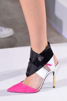 Ankle strap pumps: Los tacones tendencia para primavera-verano 2014. ¡Sexies! ROLAND MOURET