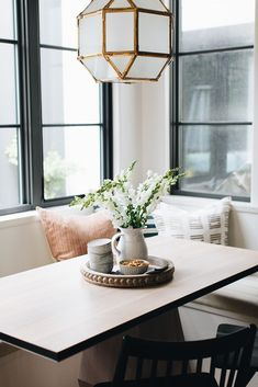 modern farmhouse style Dining Nook, Dining Room Design, Kitchen Design, Kitchen Dinning, Kitchen Nook, Dinning Table, Kitchen Ideas, English Farmhouse, Modern Farmhouse Exterior