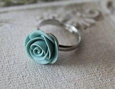 Prsteň s ručne modelovanou mätovo-modrou ružou z polymérnej hmoty fimo. Prelakované lakom na fimo hmotu. Prsteň je vo farbe platina.