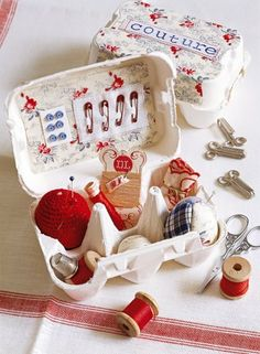 Une boîte à couture dans une boîte à œufs / A sewing box in a box with eggs, upcycling, blue, white and red
