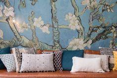 Assortiment de coussins sur un canapé : coussins etniques, coussins graphiques ... #cushions #coussin #sofa #canapés #art #wallart #livingroom #salon