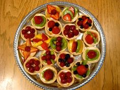 sweetened up: Mini Fruit Tarts Mini Fruit Tarts, Brunch Menu, Food Platters, Sweets Recipes, Desserts, Dessert Bars, Finger Foods, Sweet Tooth, Food And Drink