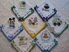 7 fraldinhas de boca 35x35 bordadas e personalizadas, acabamento de crochê e detalhes em passa fita