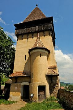 My family is from here! Medieval Houses, Medieval Castle, Wonderful Places, Beautiful Places, Small Castles, Visit Romania, Romania Travel, Little Paris, Church Architecture
