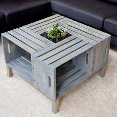 Tafels maken met een ingebouwde flessenkoeler of plantenbak. Monteer een kunststof bak in het tafelblad en zet er plantjes in. Plantenbak tafel zelf maken.