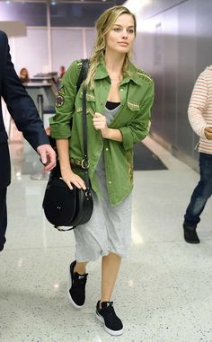 Margot Robbie wearing Sancia Babylon Suede Black Bar Bag, Spell & the Gypsy Collective Panther Embellished Army Jacket and Puma Suede Classic Trainers Margot Robbie Snl, Atriz Margot Robbie, Margo Robbie, Actress Margot Robbie, Harley Quinn, Naomi Lapaglia, Old Actress, Star Fashion, Ladies Fashion