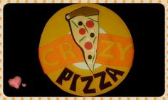 Base para el fofucho pizzero. Hecho en goma eva, como una porción de pizza idéntica al logo de la pizzería. De las cosicas de piruleta.