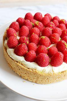 Een heerlijk zomers recept uit de Culy-keuken: frambozencheesecake met vlierbloesem die niet de oven in hoeft. Food N, Food And Drink, My Cookbook, Elderflower, High Tea, Cheesecakes, Food Inspiration, Delicious Desserts, Tart