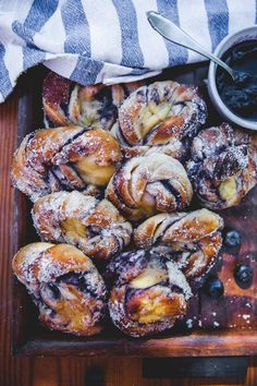 Lightly baked blueberry buns with vanilla cream - Backen - Brunch Recipes, Sweet Recipes, Breakfast Recipes, Dessert Recipes, Delicious Desserts, Yummy Food, Blueberry Recipes, Ground Beef Recipes, Food Inspiration