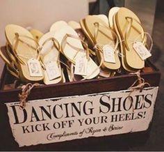 Cette boîte de sandales à un mariage qui résout le dilemme «j'aimerais bien porter des talons mais je veux aussi danser». | 19 idées assez absurdes mais aussi vachement malignes