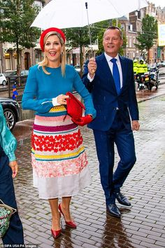 Dutch Queen, Kingdom Of The Netherlands, Red Gloves, Red Accessories, Queen Maxima, Colourful Outfits, King Queen, Blue Sweaters, Pretty Outfits