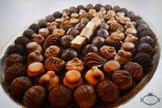 De entre todas nuestras clases de bombones... Cuál te gusta más?  #bombonespeñalba #bombones #oviedo #chocolate #chocolat #chocoholic #chocolatelover #instafood