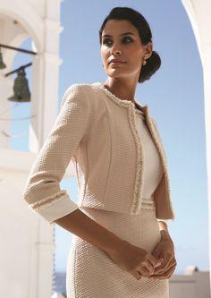Linea Raffaelli Santorini collection, set 140, collectie 2017 Dress 171-207-01 Jacket 171-205-01 Een chic jurkje met bijpassend jasje. Het jurkje heeft een glad wit lijfje. In contrast hiermee de rok en het jasje van een grof materiaal. De randen en taille zijn afgewerkt met goudkleurige galon.