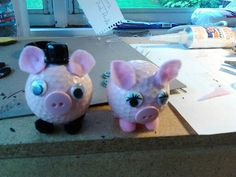 Mr and Mrs Piggy Hobbies And Crafts, Arts And Crafts, Diy Crafts, Golf Ball Crafts, Family Crafts, Projects For Kids, Piggy Bank, Activities For Kids, Balls