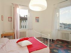 unsure of pric. florence apartment. 2 bedrooms, 1 sofa bed, 1 bathroom. ok location (15 min walk to ponte vechio)