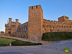 El Castillo de Ponferrada se encuentra situado en un altozano en la confluencia de los ríos Boeza y Sil, al borde de una meseta, en el municipio de Ponferrada