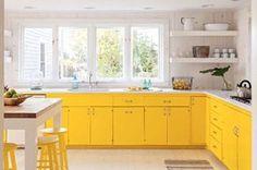 Cocina con los muebles y armarios pintados de amarillo