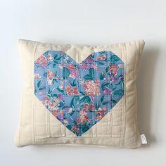 Patchwork z sercem – poszewka na poduszkę.