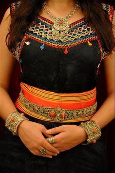 Algeria - Kabyle Traditional dress and jewelry Fast Fashion, High Fashion, Fashion Beauty, Fashion Looks, Womens Fashion, Fashion Black, Morrocan Dress, Moroccan Caftan, Traditional Fashion